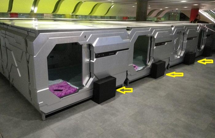 Ящики для обуви установлены у входа в каждый капсульный номер (Aerosleep, Пулково).