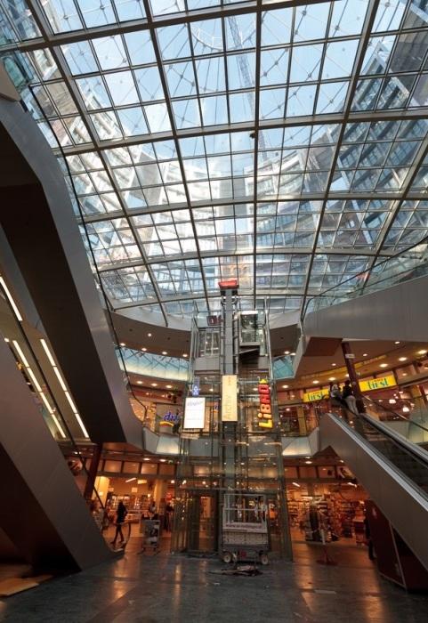 Торговый центр внутри газгольдера (Вена, Австрия). | Фото: one-in.livejournal.com.