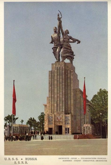 Монументальный символ Советского Союза (Открытка 1937 г., «Рабочий и колхозница»). | Фото: annataliya.livejournal.com.
