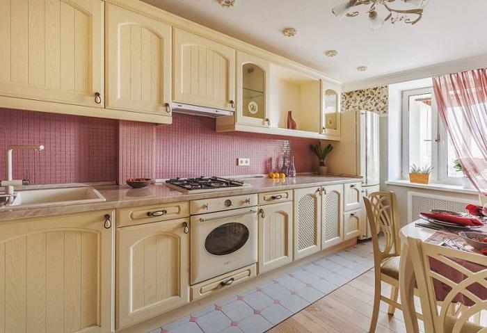 Кухонный гарнитур выполнен в стиле кантри.
