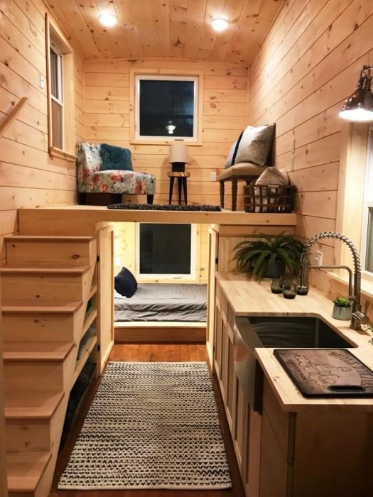 Под высоким подиумом получится уютная и уединенная спальня. | Фото: roomble.com.