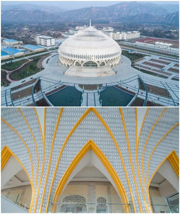 Гигантский купол возвышается над первым этажом здания (Linxia Grand Theater, Китай).