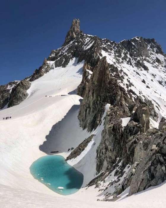 В июле 2019 г. на вершине Монблана, на высоте 3,4 км. обнаружили живописное озеро, появление которого очень огорчило ученых. | Фото: meteoprog.ua.