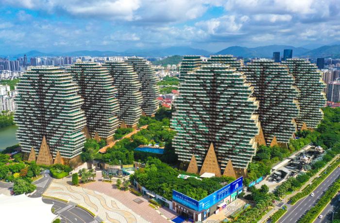 Используя различные цвета стекла и форму навесных элементов удалось создать образ деревьев с плодами (Sanya Beauty Crown Hotel Tower, Китай). | Фото: sanya.sanyahotel24.com.