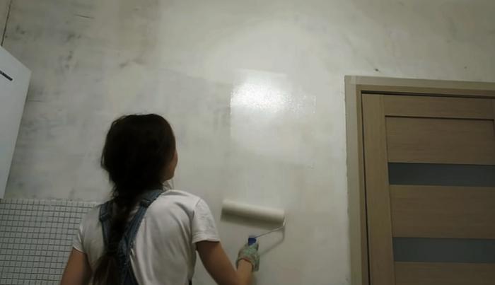После шпаклевки, шлифовки и обеспыливания стен можно прокрасить их грунтовкой. © Anna_Studio.