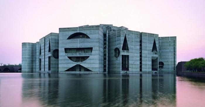 Национальная Ассамблея в Дакке – одно из знаковых творений современной архитектуры (проект Луиса Кана, Бангладеш). | Фото: pinterest.com.
