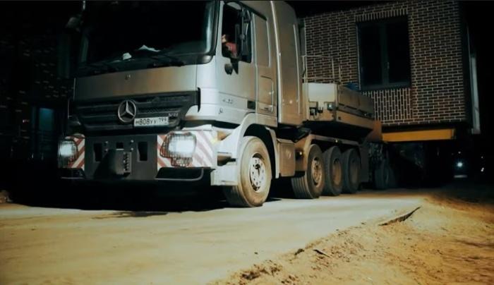 С доставкой готовых модулей справиться автотранспорт. | Фото: © СТРОЙКОМПЛЕКС МОСКВЫ STROI.MOS.RU.