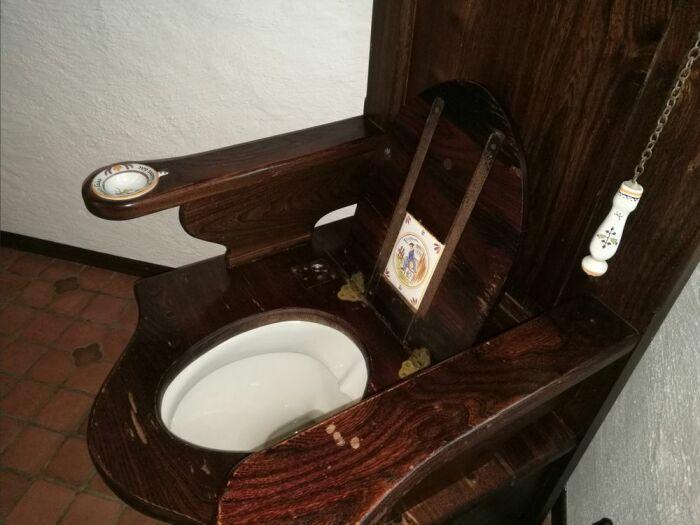 Унитаз имеется, а вот водопровода нет, так что смыв только с ведра. | Фото: social.diply.com.