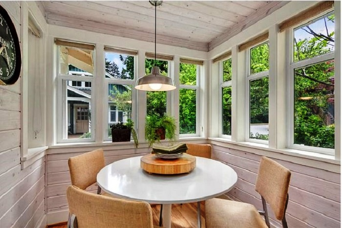 Часть террасы превратили в веранду, где оформили столовую, имеющую великолепный вид из окон (коттедж Kvale Hytte, США). | Фото: oddlife.ru.