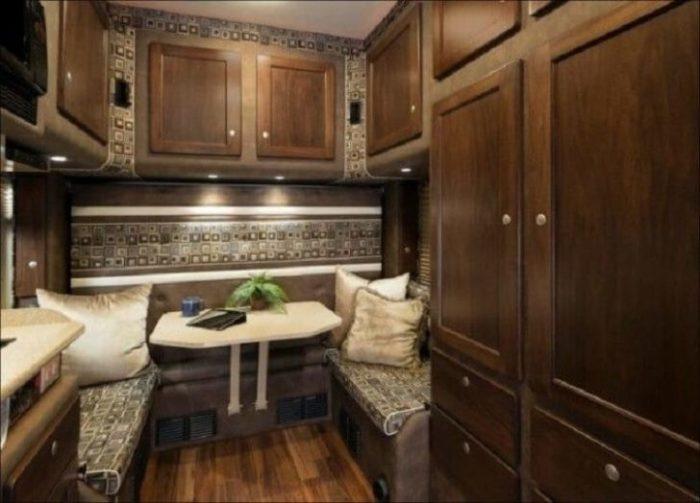Шкафы в кабине тягача оснащены вытяжками. | Фото: howmade.ru.