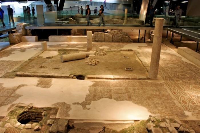 Одна из экспозиций исторического музея «Antiquarium» («Метрополь Парасоль», Севилья). | Фото: ispaniagid.ru.