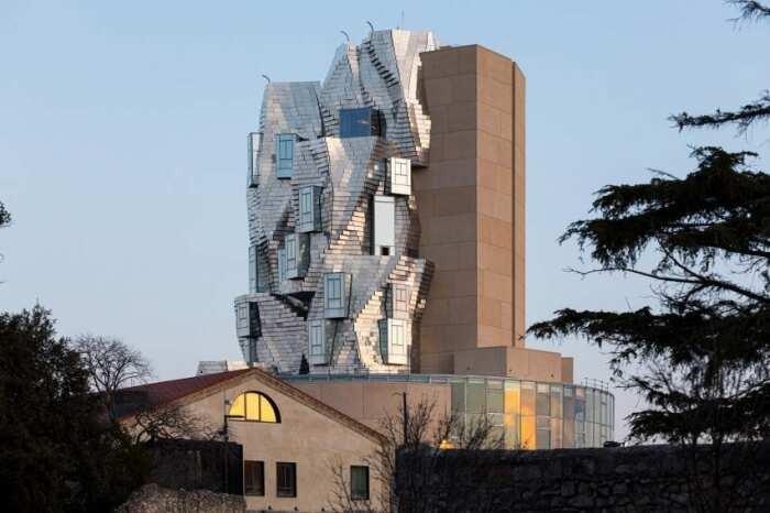 Главным украшением Parc des Ateliers стала 56-метровая башня, спроектированная гениальным Фрэнком Гери (Арль, Франция).   Фото: theartnewspaper.ru.