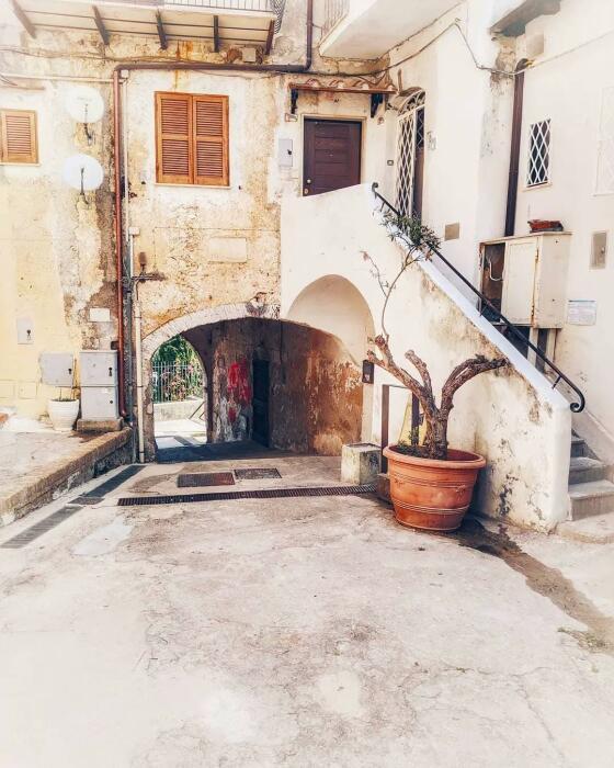 Исторические здания и колоритные дворы ждут новых владельцев (Maenza, Италия). | Фото: news.israelinfo.co.il.