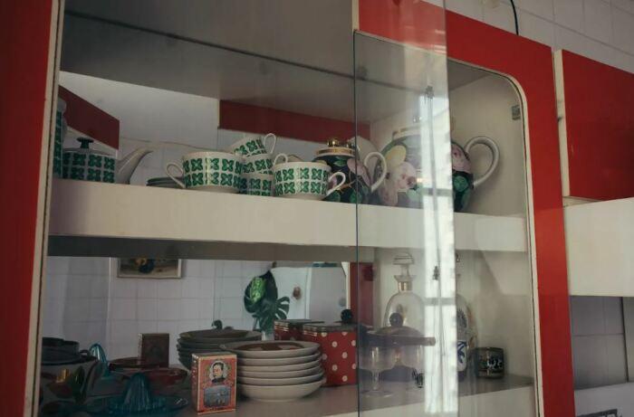 Кухонный шкаф с его винтажным содержимым стал настоящей находкой для внука. | Фото: bg.stt-kharisma.org.