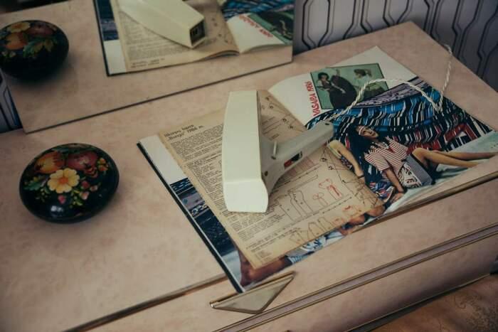 Для современных девушек припасены «Журналы мод» 80-х гг. и мини-фен, о существовании которого большинство советских красавиц даже не подозревало. | Фото: kirill-potapov.livejournal.com.