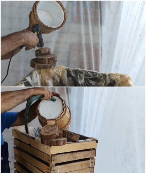 Когда колоритное ведерко займет свое место, в нем нужно закрепить поливочный шланг.