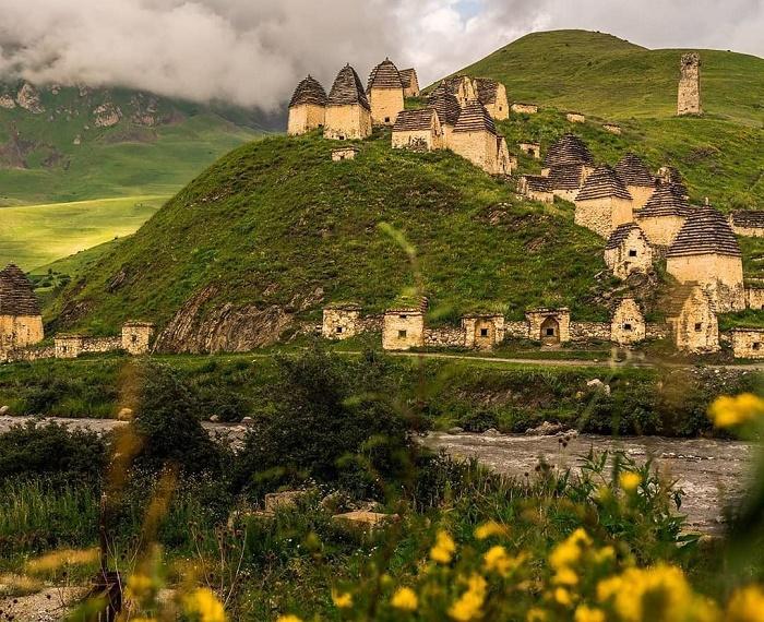 На живописном склоне горы Рабины-рах расположен самый значительный некрополь Даргавс (Северная Осетия). | Фото: krasnodar-turist.ru.