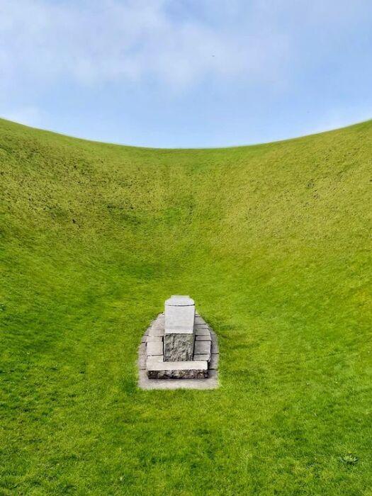 В центре воронки находится камень, на который можно лечь и наслаждаться глубиной неба или медитировать («Ирландский небесный сад»). | Фото: jensinewall.wordpress.com.