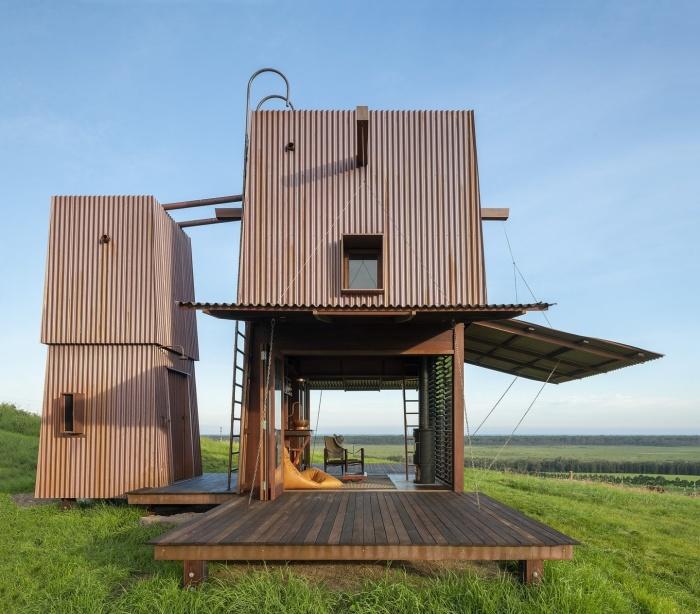 Открытые ставни позволяют солнечным лучам проникать внутрь домика Permanent Camping-2 (Австралия). | Фото: newatlas.com.