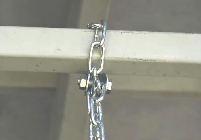 На балке/перекладине цепь фиксируется с помощью шпильки, шайб и гаек.   Фото: © Мастер Сергеич.