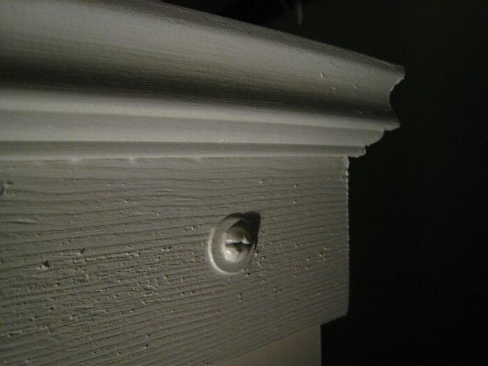 Необработанные детали нужно зашкурить и покрасить. | Фото: theownerbuildernetwork.co.