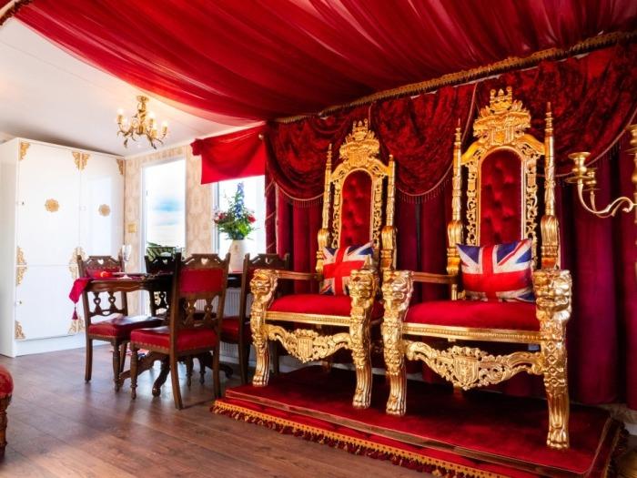 Два трона с красной бархатной обивкой и позолотой позволят почувствовать себя монаршими особами (Royal Caravan, Великобритания). | Фото: businessinsider.com.au.