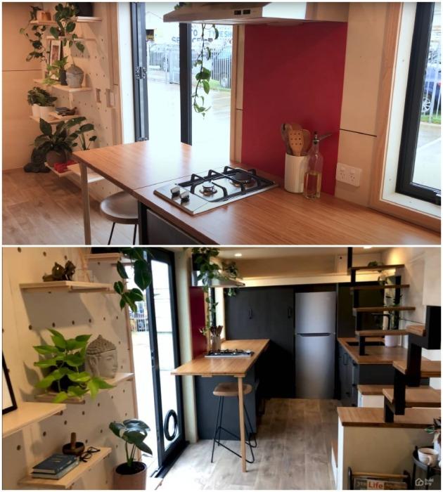 Хорошо укомплектованная кухня-столовая в крошечном доме от новозеландской компании (модель The River Bank's).