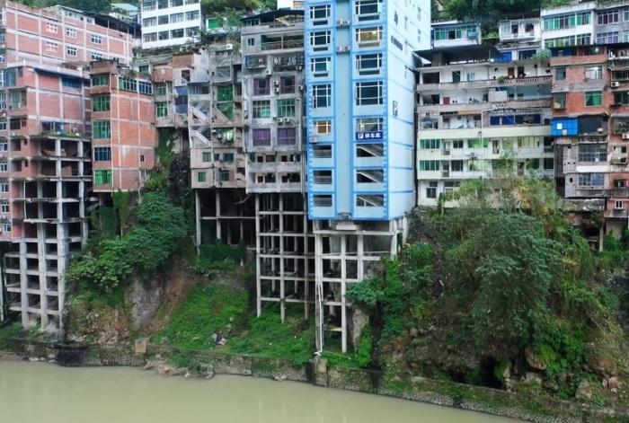 Многоэтажные дома на первой линии устанавливаются только на сваи (Яньцзинь, Китай). | Фото: noodlemagazine.com.