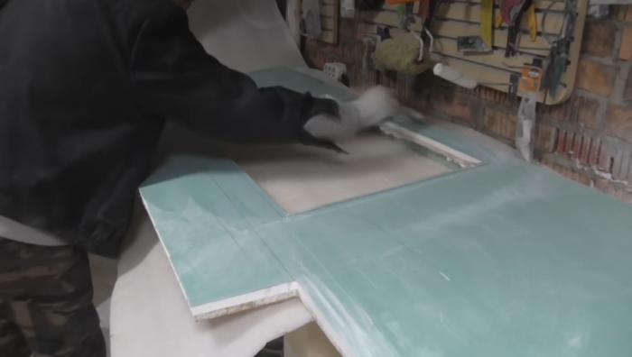 Все гипсокартоновые поверхности в обязательном порядке надо обработать влагостойкой грунтовкой. | Фото: youtube.com.