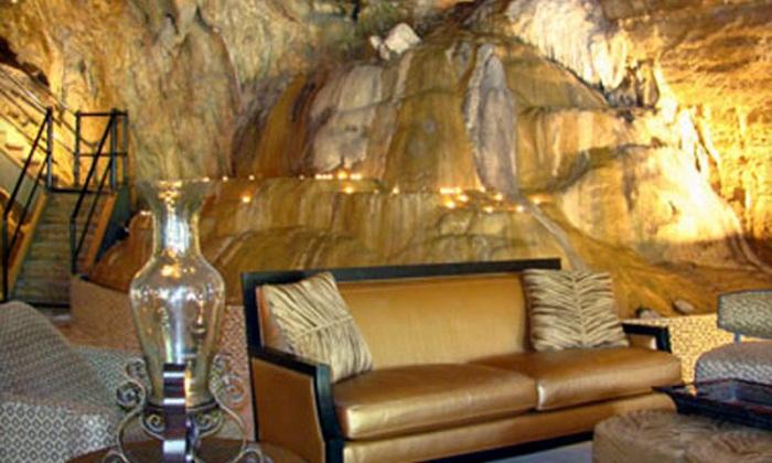 Богато оформленный интерьер Beckham Creek Cave Lodge для любителей роскошного отдыха.