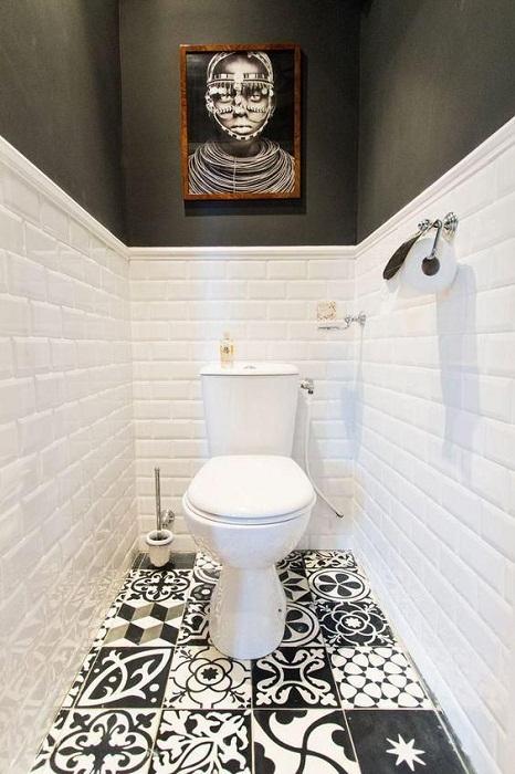 Оригинальное оформление узкой туалетной комнаты.