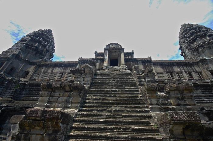 Лестница, ведущая в храм Angkor Wat (Камбоджа).