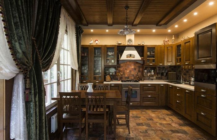 Чтобы плотные шторы не мешали прекрасному обзору из окна столовой-кухни, они задрапированы декоративными подхватами. | Фото: hr.jezyki24.info.
