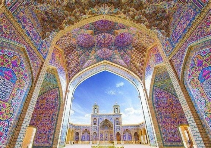 Колонны и арка нефа украшены разноцветной мозаикой (Nasir al-Mulk, Иран). | Фото: bazariran.ru.