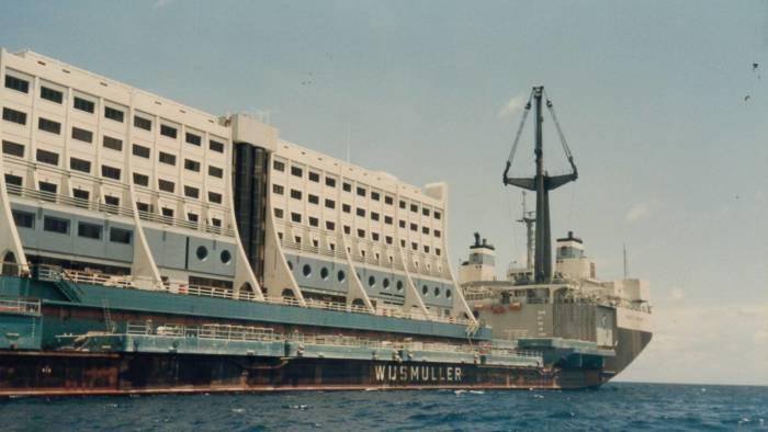 В 1997 г. плавучий отель отравился к последнему месту швартовки – берегу реки Кымган в КНДР. | Фото: masterok.livejournal.com.