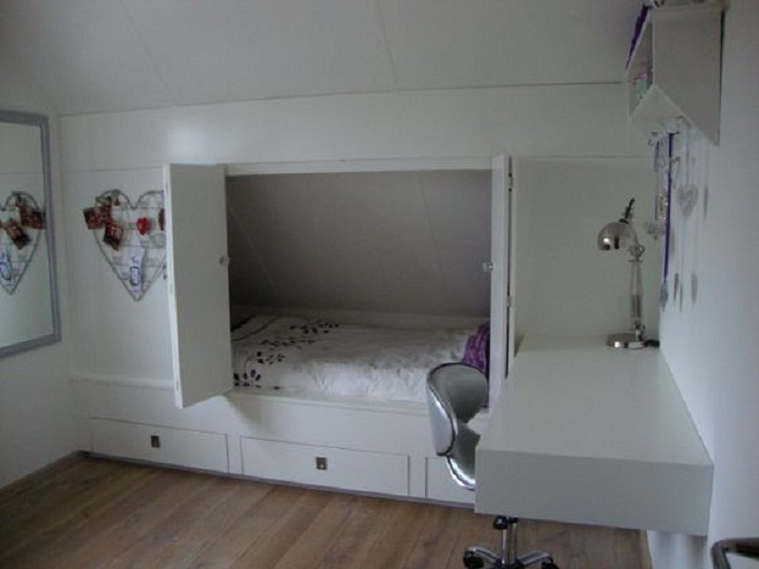 Кровать, спрятанная за дверью шкафа в детской.