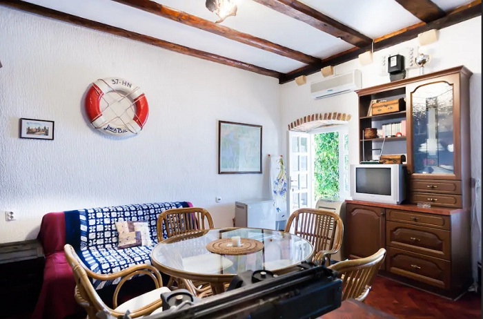 Одна из гостиных комнат в апартаментах (Черногория).
