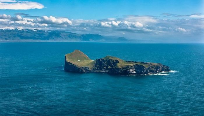 Добраться до одинокого острова Эдлидаэй не так-то просто (Vestmannaeyjar, Исландия). | Фото: facebook.com/ Nordic Travel.
