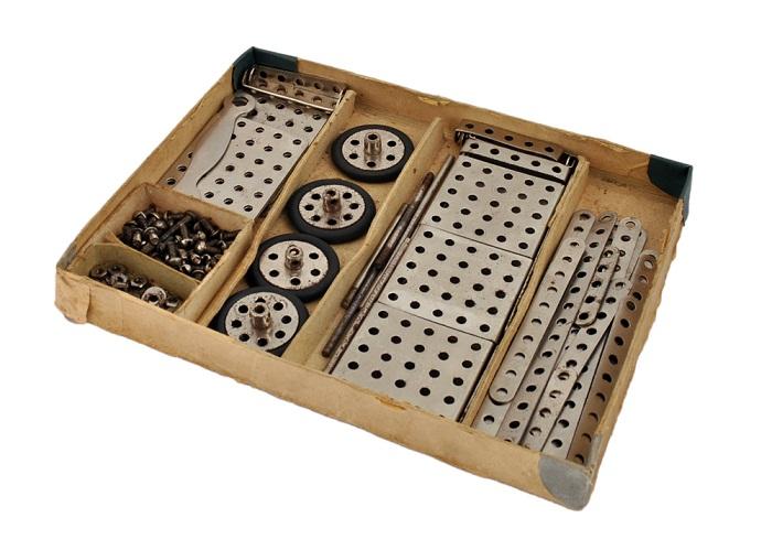 Металлический конструктор для уроков труда школьников.