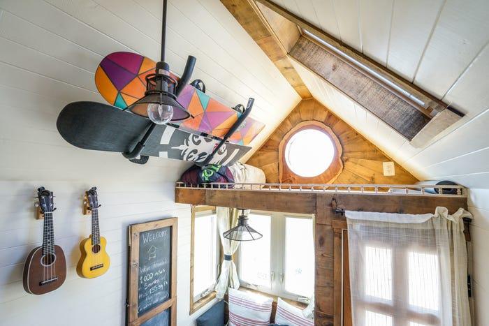 Небольшая полка над входом в домик служит для хранения снаряжения и сезонных вещей (Tiny House Giant). | Фото: businessinsider.com.