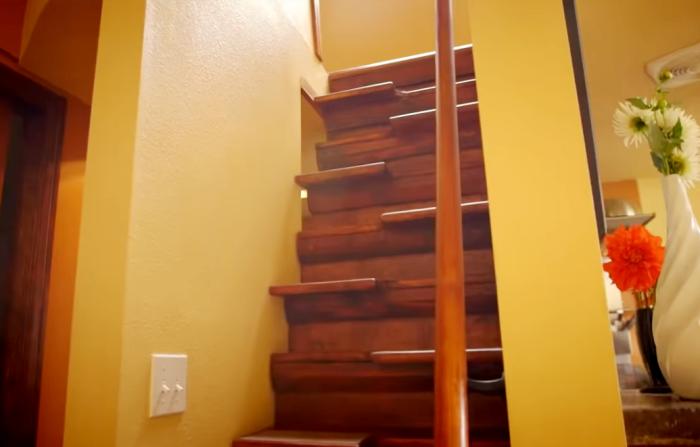 Оригинальная лестница ведет в спальню. | Фото: youtube.com.