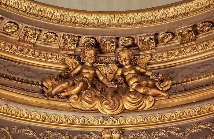 Потолки украшены позолоченными фигурками херувимов.