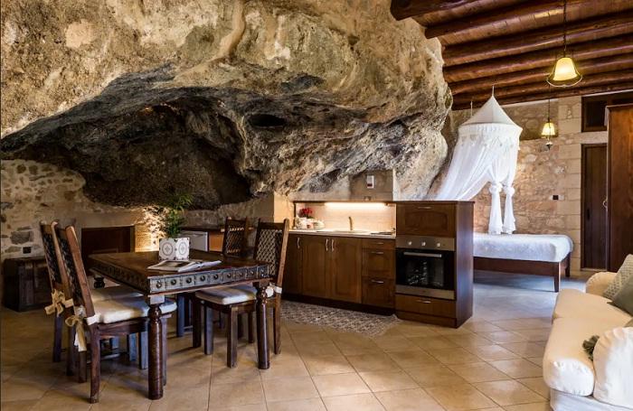 Роскошное убранство виллы в пещере (о. Крит, Греция).