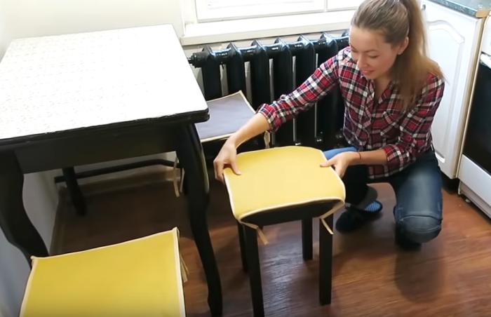 Самые простенькие подушки для табуретов могут кардинально изменить их внешний вид.   Фото: youtube.com/ Anna_Studio.