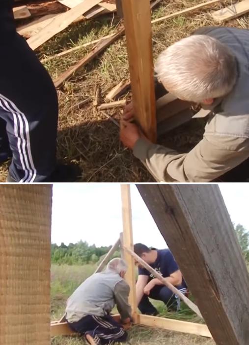 Вместе с соседом Владимир Крысанов установили четыре опоры по углам будущего дома и закрепили по уровню. | Фото: youtube.com/ Взгляд слепых.