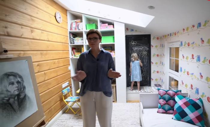 Детская комната для Арины на втором ярусе квартиры. | Фото: youtube.com/ INMYROOM TV.