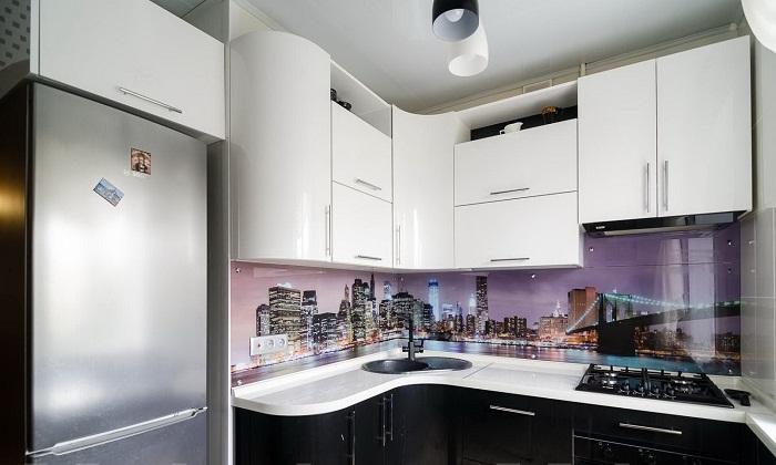 Обтекаемая форма навесных шкафов в светлых тонах украсит интерьер маленькой кухни.