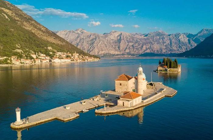 Прекрасное место отдыха посреди залива Котор (Черногория).