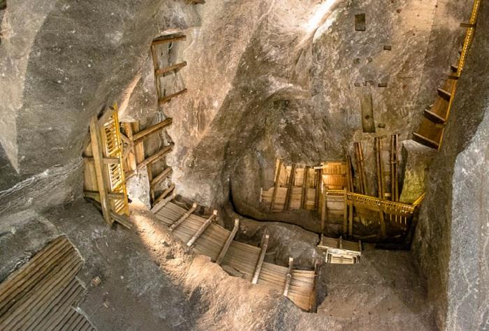 Деревянные лестницы, по которым спускались рабочие шахты.