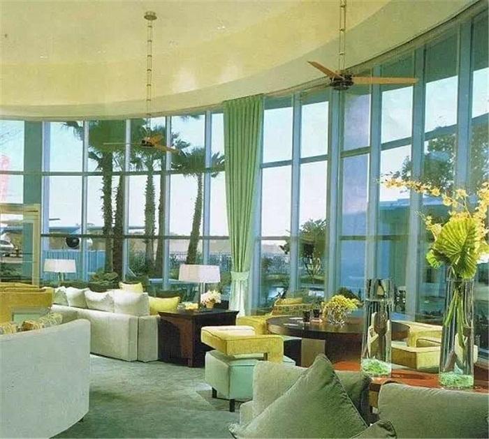 Столы и диваны – основные предметы мебели в особняке Траволты во Флориде. | Фото: 2018.xzdec.com.